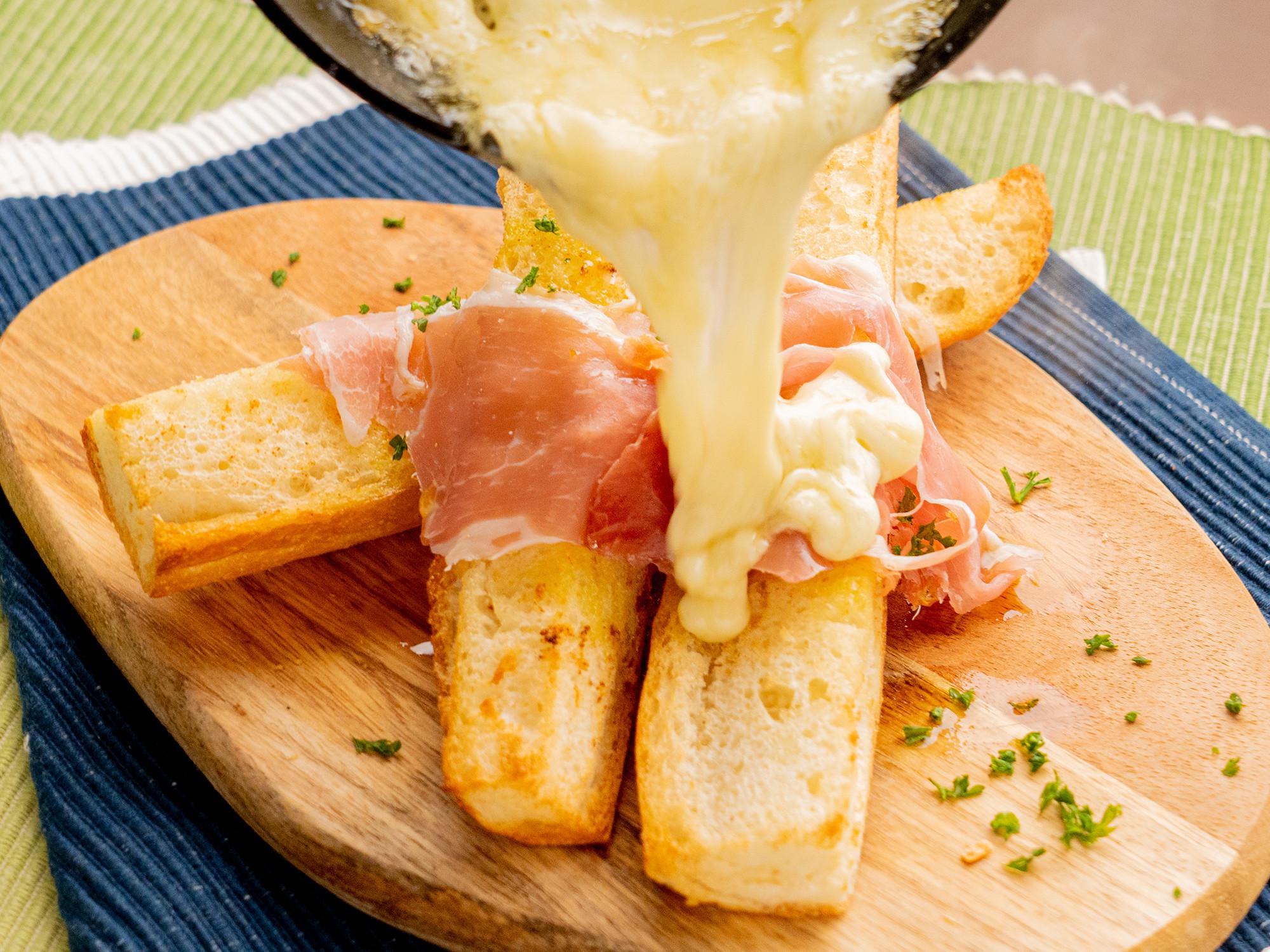 長〜いガーリックトーストと生ハム+ラクレットチーズがけ