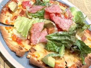 ピリ辛サルサソースのトルティーヤピザ (トマト、アボカド、ベーコン、レタス)